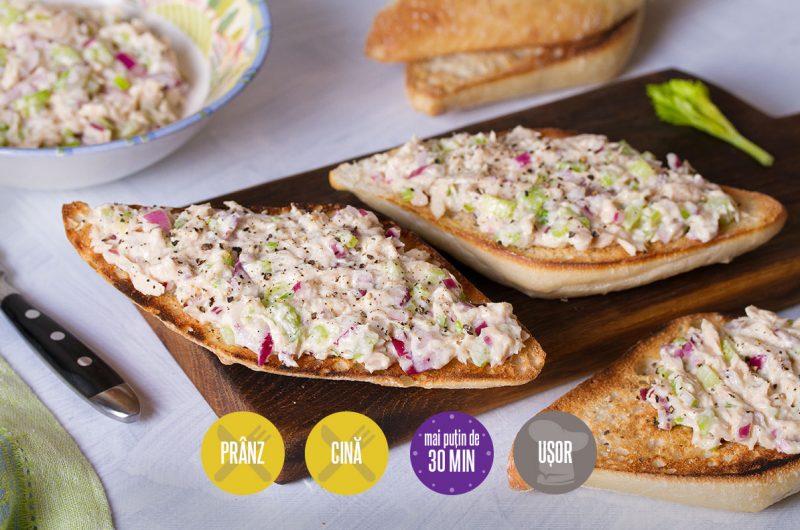 salată de ton cu maioneză și ceapă roșie